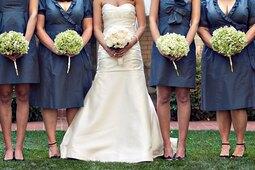Невеста поддержала подругу, сцеживавшую грудное молоко насвадебных фото