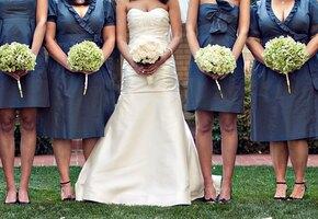 Невеста поддержала подругу, сцеживавшую грудное молоко на свадебных фото