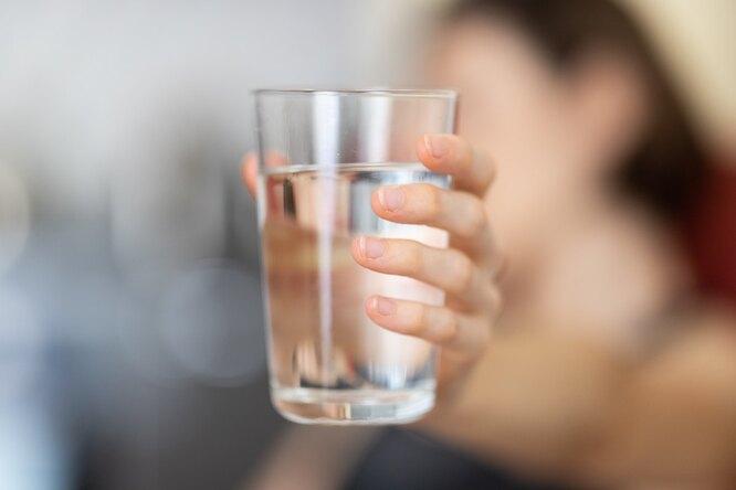 Вода в руке, помогает начать худеть