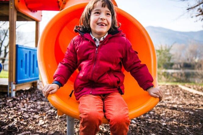 Мальчик на детской площадке
