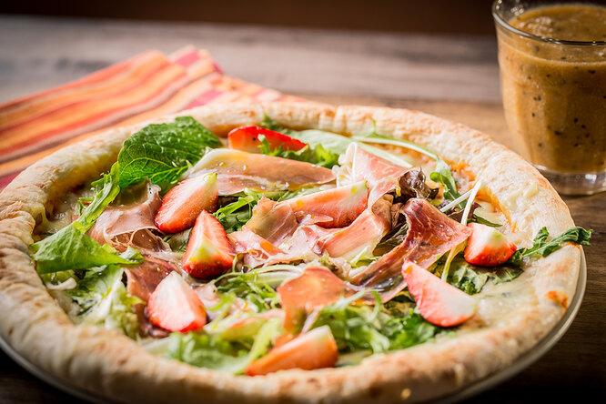 Рецепты звезд: пиццу склубникой готовит Пенелопа Крус