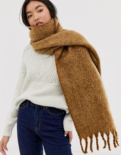 модель всвитере ис шарфом