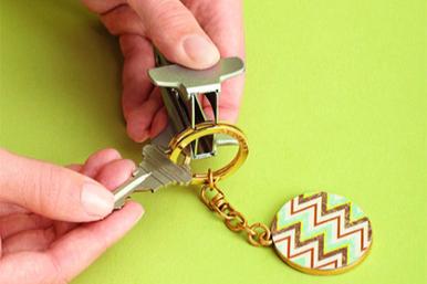 Как вдеть ключ вбрелок, несломав ногти? 5 способов применения антистеплера