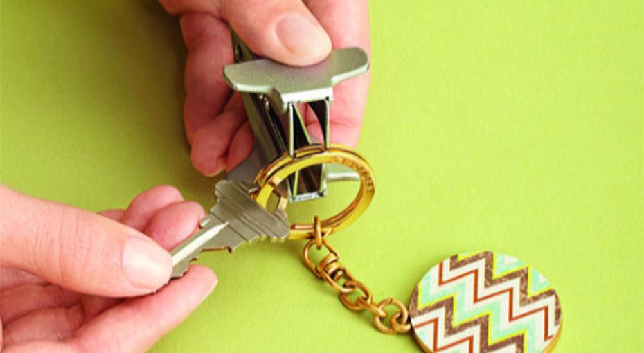 Лайфхак: как вдеть новый ключ вбрелок ине сломать ногти. Иеще 4 новых применения антистеплера