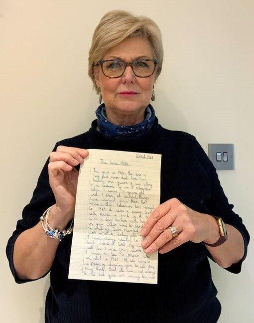 Роза Беккертон держит в руках найденное сочинение