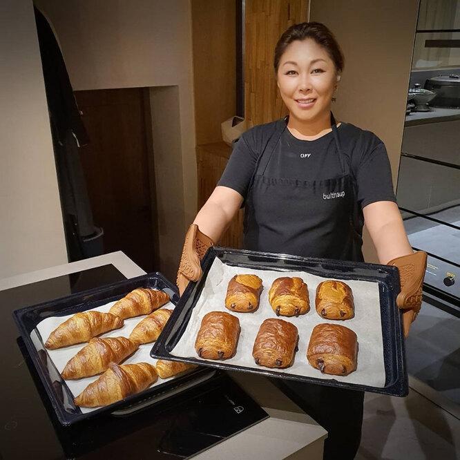 Анита Цой готовит выпечку