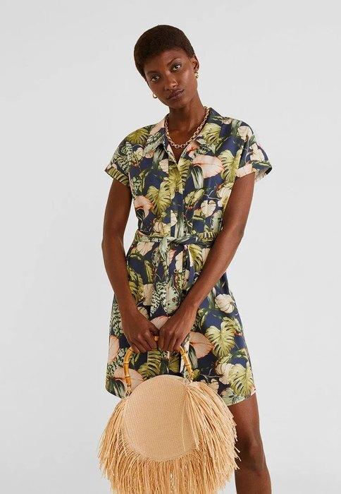 девушка в платье на пуговицах