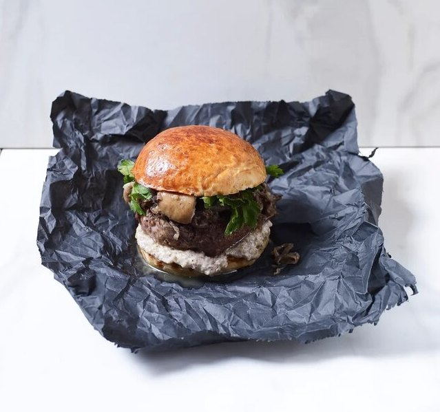 Бифбургер сбелыми грибами