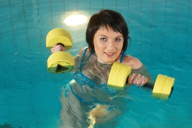 Аквааэробика: эффективные упражнения длякрасивой фигуры