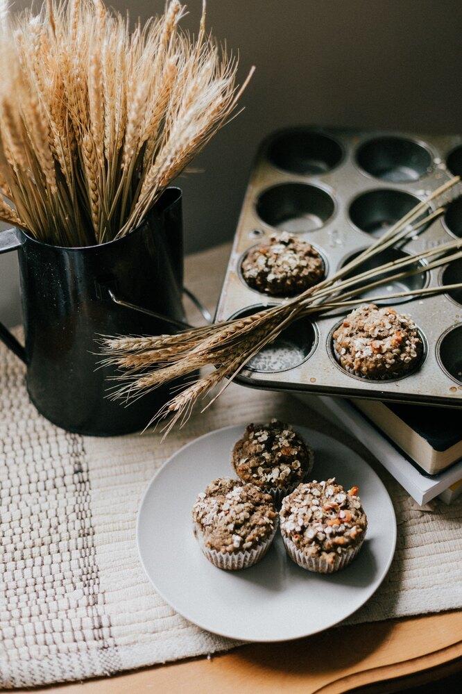 Кексы и колоски пшеницы в стакане