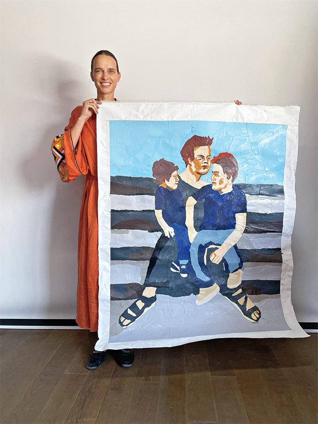 Маша Руденко с оригиналом коллажа для журнала «Домашний очаг»
