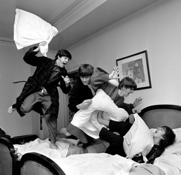 "Гарри Бенсон ""Битва подушками"". 3 часа ночи. Отель George V. Париж 1964"