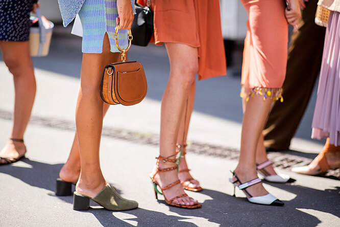 ноги девушек в обуви