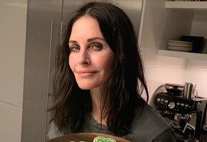«С днем рождения, Моника Геллер»: 56-летние звезды сериала «Друзья» Лиза Кудроу и Кортни Кокс показались без макияжа