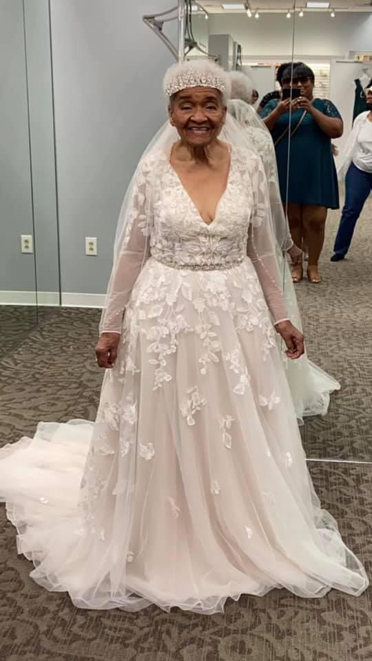 пожилая женщина в свадебном платье