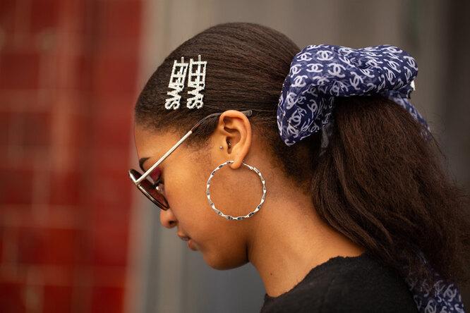девушка с заколками в волосах и крупными серьгами