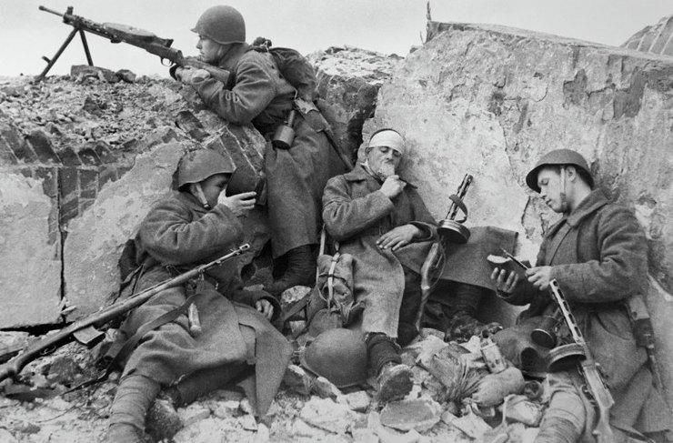 Бойцы Красной Армии отдыхают вокопах вредкие минуты затишья