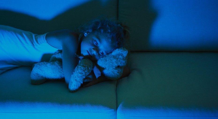 Трехлетняя девочка несколько дней заботилась обрате-младенце после смерти родителей