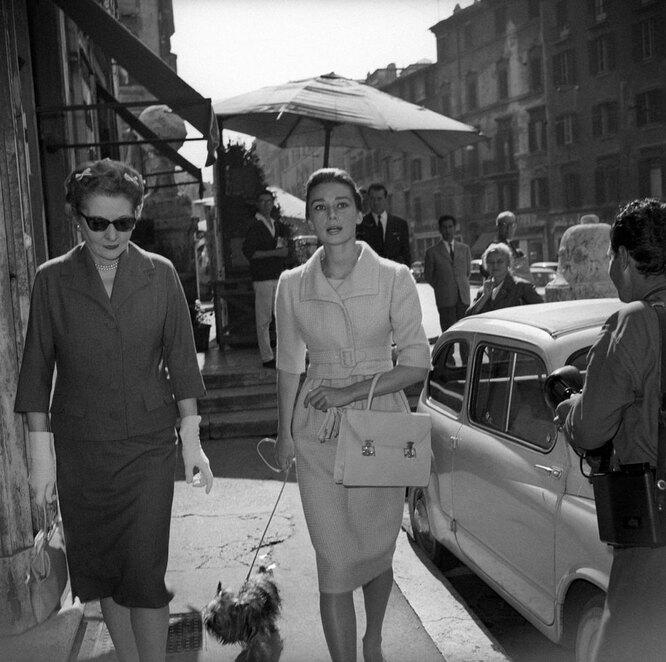 1955 год, Хепберн с матерью гуляют по Риму