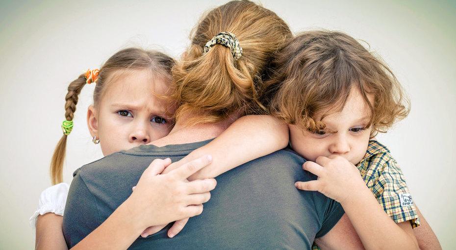 Неблагополучная семья: отобрать детей или поддержать родителей?