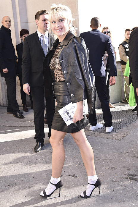 девушка в кожаной юбке и пиджаке