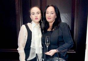 Тошнота, мигрени и депрессия: 19-летняя дочь Ларисы Гузеевой рассказала о реакции на лечение опухоли