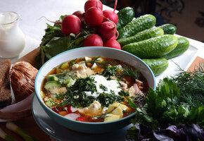 15 рецептов окрошки: на тане, сыворотке, комбуче, на квасе, кефире, с рыбой...