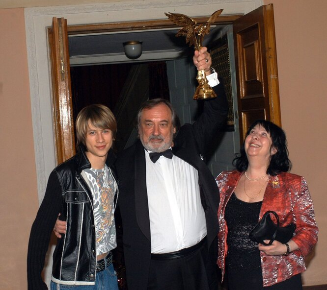 Богдан Ступка с женой и сыном