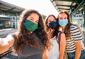 Этикет с коронавирусом: на что обижаются друзья и как себя вести в пандемию