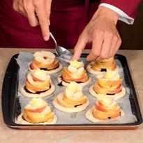 Слоеные тарталетки с яблоками