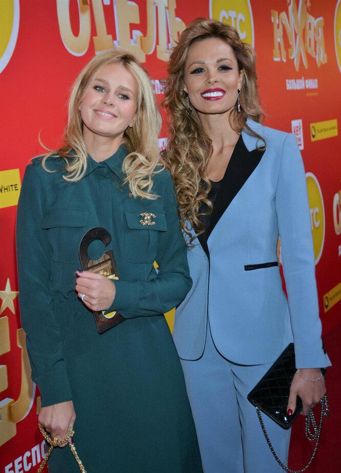Екатерина Кузнецова и Мария Горбань на премьере заключительного сезона сериала «Кухня» (2016 г.)