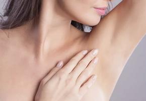 С чем связан слишком сильный запах пота и вредны ли дезодоранты?