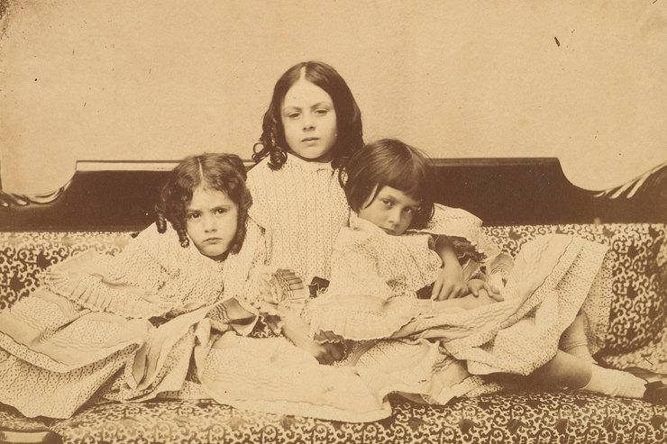 Эдит, Ина иАлиса Лидделл надиване, Льюис Кэрролл, лето 1858 г.