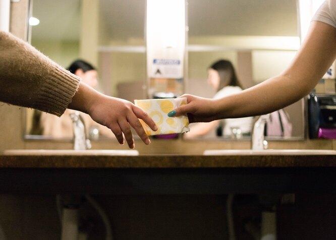 Рука руке передает прокладку, использовать прокладки для снятия лака