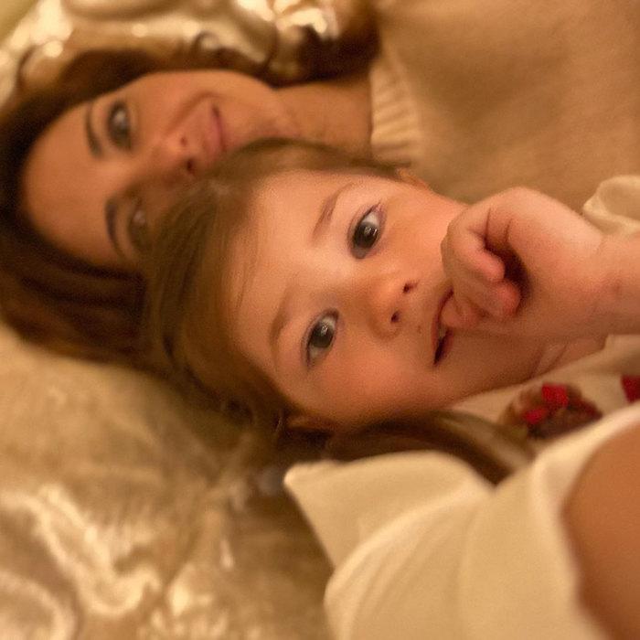 Младшая дочь Екатерины Климовой делает сней селфи