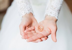 «Ни у кого такого не было»: невеста восхитила жениха 16-метровым шлейфом платья