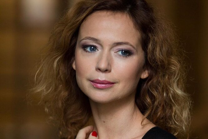«Прекрасна влюбую погоду»: 44-летняя Елена Захарова продемонстрировала изящную фигуру вкупальнике