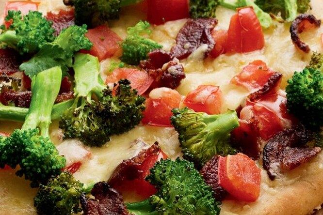 Пицца с беконом и брокколи