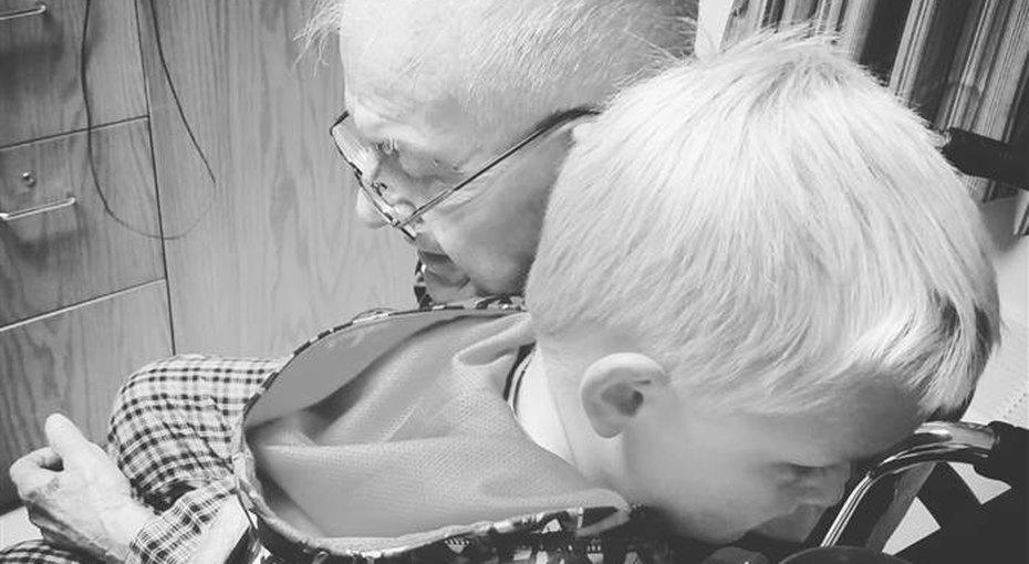Трогательная дружба малыша со стариком-соседом закончилась вхосписе