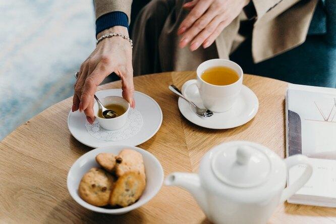 Зеленый чай в чашке, печенье в миске