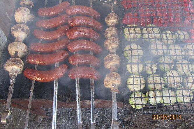 Домашние колбаски с грибами и сыром с овощами гриль