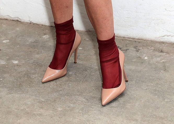 Капроновые носки, торчащие из летних туфель