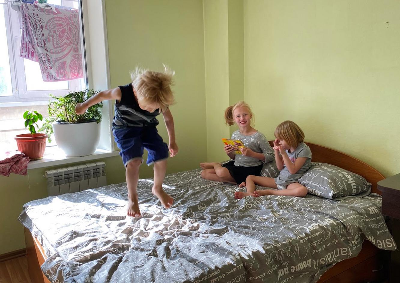 Дети Олеси осваиваются в новом жилье