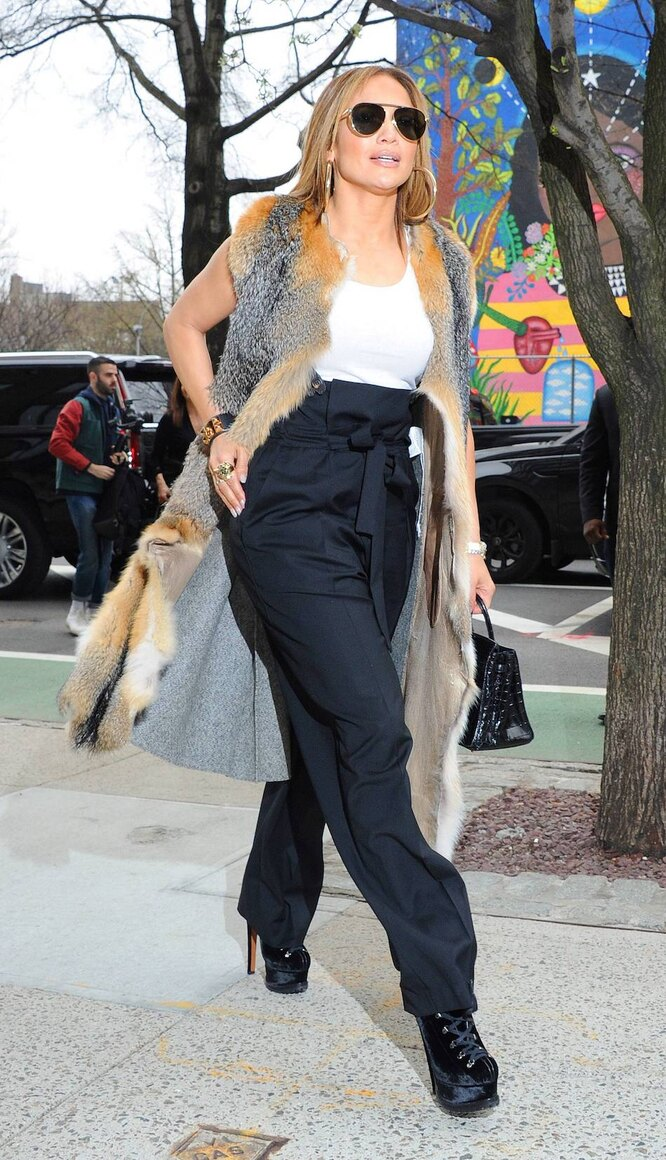 Дженнифер Лопес в черных брюках paperbag