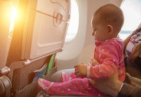 Мама заранее извинилась за плач младенца, раздав пассажирам самолета необычные подарки