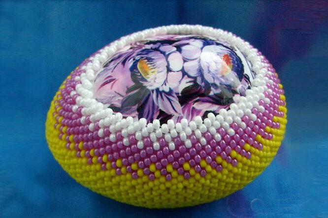 Пасхальные яйца избисера: несъедобный, но оригинальный подарок!