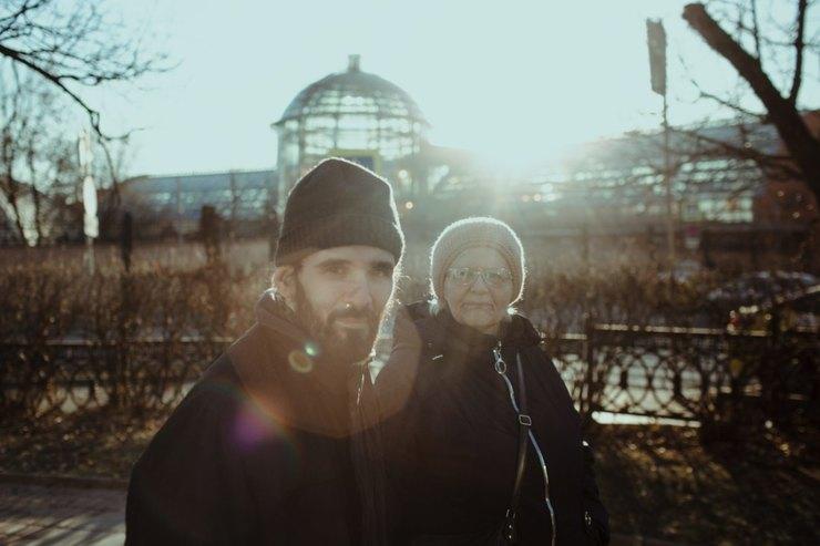 Саша смамой Натальей Николаевной гуляют впарке наГрузинской площади Фото: Денис Синяков дляТД
