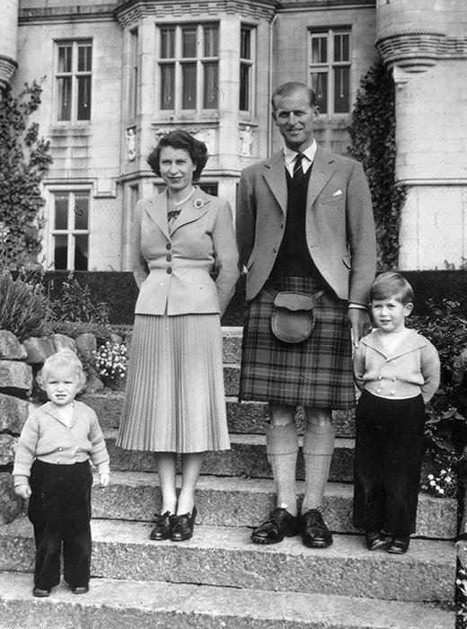 королева Елизавета с мужем и детьми