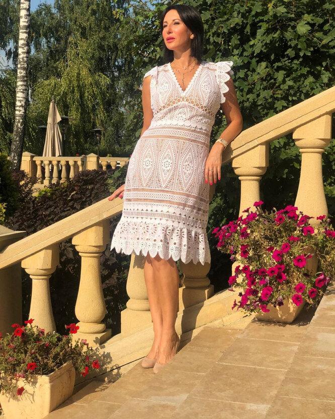 Алика Смехова в кружевном платье