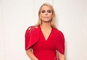 «Другая женщина стыдит меня за то, что у меня есть грудь»: Джессика Симпсон обвинила Vogue в бодишейминге